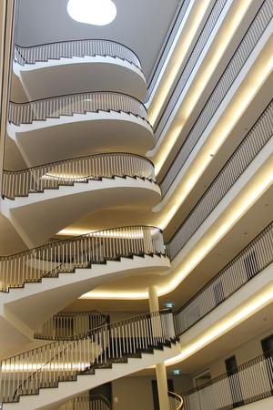 Treppenhäuser mit Lichtelementen stilvoll in Szene setzen